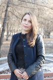 Η όμορφη γυναίκα χαμογελά στο πάρκο Στοκ φωτογραφίες με δικαίωμα ελεύθερης χρήσης