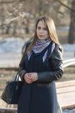 Η όμορφη γυναίκα χαμογελά στο πάρκο Στοκ φωτογραφία με δικαίωμα ελεύθερης χρήσης