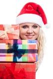 Η όμορφη γυναίκα Χριστουγέννων με παρουσιάζει Στοκ φωτογραφία με δικαίωμα ελεύθερης χρήσης