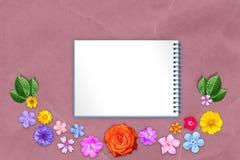 Η όμορφη διακόσμηση ανθίζει το πλαίσιο με το copybook στο κέντρο στο κόκκινο υπόβαθρο εγγράφου του Κραφτ Floral σύνθεση της άνοιξ στοκ φωτογραφία με δικαίωμα ελεύθερης χρήσης