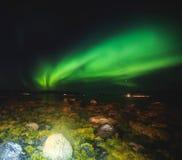 Η όμορφη εικόνα της ογκώδους πολύχρωμης πράσινης δονούμενης αυγής Borealis, αυγή Polaris, ξέρει επίσης ως βόρεια φω'τα στη Νορβηγ Στοκ φωτογραφίες με δικαίωμα ελεύθερης χρήσης