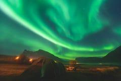 Η όμορφη εικόνα της ογκώδους πολύχρωμης πράσινης δονούμενης αυγής Borealis, αυγή Polaris, ξέρει επίσης ως βόρεια φω'τα στη Νορβηγ Στοκ εικόνες με δικαίωμα ελεύθερης χρήσης