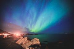 Η όμορφη εικόνα της ογκώδους πολύχρωμης δονούμενης αυγής Borealis, αυγή Polaris, ξέρει επίσης ως βόρεια φω'τα στο νυχτερινό ουραν στοκ εικόνα με δικαίωμα ελεύθερης χρήσης