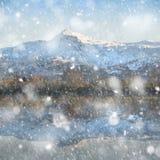 Η όμορφη εικόνα τοπίων χειμερινής ανατολής του υποστηρίγματος Snowdon και άλλες αιχμές στο εθνικό πάρκο Snowdonia στη ισχυρή χιον στοκ εικόνες με δικαίωμα ελεύθερης χρήσης
