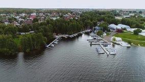 Η όμορφη εναέρια άποψη μιας μεγάλης λίμνης στην πόλη και τις μεγάλα βάρκες και τα σκάφη της γραμμής έδεσε στην αποβάθρα απόθεμα βίντεο