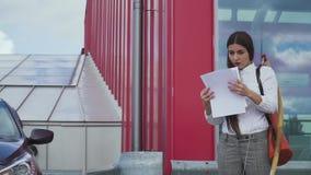 Η όμορφη εξαγριωμένη επιχειρηματίας διασκορπίζει το έγγραφο απόθεμα βίντεο