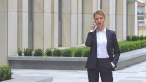 η όμορφη επιχείρηση οικοδόμησης σύγχρονη υπαίθρια τηλεφωνά στη γυναίκα απόθεμα βίντεο