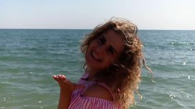 Η όμορφη θάλασσα κοριτσιών δίνει το φιλί αέρα απόθεμα βίντεο