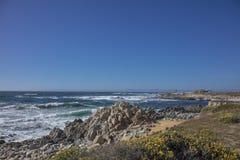 Η όμορφη θάλασσα κατά μήκος της ακτής Καλιφόρνια Στοκ φωτογραφίες με δικαίωμα ελεύθερης χρήσης