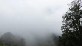 Η όμορφη θέα βουνού έχει ένα συμπαθητικούς σύννεφο και έναν ατμό Στοκ φωτογραφίες με δικαίωμα ελεύθερης χρήσης