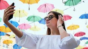 Η όμορφη θηλυκή παραγωγή τουριστών selfie, χρησιμοποιεί το κινητό τηλέφωνο στην οδό απόθεμα βίντεο
