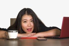 Η όμορφη και ευτυχής ασιατική κινεζική εργασία επιχειρησιακών γυναικών χαλάρωσε στο εταιρικό χαμόγελο γραφείων υπολογιστών επιχεί στοκ φωτογραφία με δικαίωμα ελεύθερης χρήσης