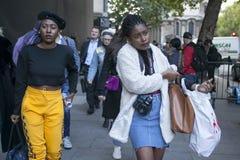 Η όμορφη και μοντέρνη γυναίκα στα μαύρα τοπ, κίτρινα εσώρουχα κατάρτισης, παίρνει, στα ψηλοτάκουνα παπούτσια που θέτουν κατά τη δ Στοκ φωτογραφία με δικαίωμα ελεύθερης χρήσης