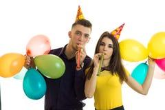 Η όμορφη κομψή στάση τύπων και κοριτσιών με τα μπαλόνια και γιορτάζει τα γενέθλια στοκ εικόνα