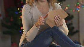 Η όμορφη κυρία που βάζει την επιστολή στο φάκελο πιστεύει ειλικρινά στην αγαθοσύνη θαύματος απόθεμα βίντεο