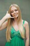 η όμορφη κλήση επιχειρηματιών ανασκόπησης με απομόνωσε νέο Προκλητική νέα γυναίκα στο πράσινο φόρεμα που κάνει μια κλήση μου gest Στοκ Φωτογραφία