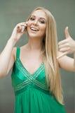 η όμορφη κλήση επιχειρηματιών ανασκόπησης με απομόνωσε νέο Προκλητική νέα γυναίκα στο πράσινο φόρεμα που κάνει μια κλήση μου gest Στοκ Εικόνες