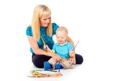 Η όμορφη μητέρα με ένα παιδί σύρει Στοκ Φωτογραφίες