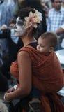 Η όμορφη μητέρα φέρνει το γιο στην ημέρα της νεκρής παρέλασης Στοκ εικόνα με δικαίωμα ελεύθερης χρήσης