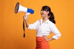 Η όμορφη νέα ασιατική γυναίκα αναγγέλλει με megaphone στοκ φωτογραφίες με δικαίωμα ελεύθερης χρήσης
