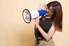 Η όμορφη νέα ασιατική γυναίκα αναγγέλλει με megaphone στοκ φωτογραφία με δικαίωμα ελεύθερης χρήσης