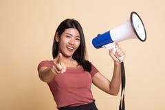 Η όμορφη νέα ασιατική γυναίκα αναγγέλλει με megaphone στοκ φωτογραφίες