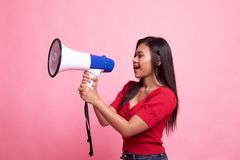 Η όμορφη νέα ασιατική γυναίκα αναγγέλλει με megaphone στοκ εικόνες με δικαίωμα ελεύθερης χρήσης