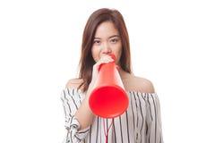 Η όμορφη νέα ασιατική γυναίκα αναγγέλλει με megaphone Στοκ εικόνα με δικαίωμα ελεύθερης χρήσης