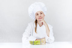 Η όμορφη νέα γυναίκα αρχιμαγείρων προετοιμάζεται και διακοσμώντας τα νόστιμα τρόφιμα μέσα Στοκ φωτογραφία με δικαίωμα ελεύθερης χρήσης