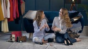 Η όμορφη νέα γυναίκα δύο που δίνει τις συμβουλές πώς να επιλέξει αποτελεί τη βούρτσα καταγράφοντας το βίντεο για το blog τους απόθεμα βίντεο