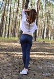 Η όμορφη νέα γυναίκα κρατά την τρίχα της σε ετοιμότητα στοκ εικόνα με δικαίωμα ελεύθερης χρήσης