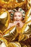 Η όμορφη νέα γυναίκα με τα ρόλερ γιορτάζει Στοκ Εικόνα