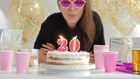 Η όμορφη νέα γυναίκα με το κέικ γενεθλίων και τα μπαλόνια ενάντια τα φω'τα 1080p fullHD απόθεμα βίντεο