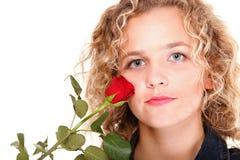 Η όμορφη νέα γυναίκα ξανθή ρομαντικό σε κόκκινο πορτρέτου αυξήθηκε isola Στοκ εικόνες με δικαίωμα ελεύθερης χρήσης