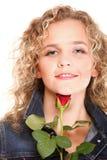 Η όμορφη νέα γυναίκα ξανθή ρομαντικό σε κόκκινο πορτρέτου αυξήθηκε isola Στοκ Εικόνα
