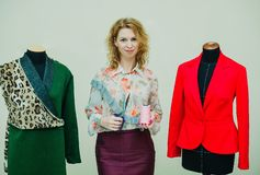 Η όμορφη νέα γυναίκα ράβει το παλτό σχεδιαστών Παλτό τυπωμένων υλών λεοπαρδάλεων και πράσινος στοκ εικόνες