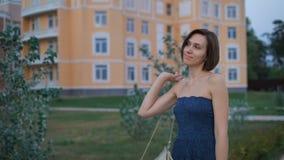 Η όμορφη νέα γυναίκα σε ένα μπλε φόρεμα, πηγαίνει στη tratuary διασκέδαση να συναντήσει το σύζυγό της απόθεμα βίντεο
