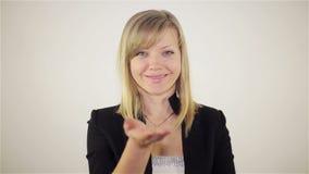 Η όμορφη νέα γυναίκα στέλνει το φιλί αέρα απόθεμα βίντεο