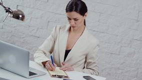 Η όμορφη νέα επιχειρηματίας γράφει τις σημειώσεις φιλμ μικρού μήκους