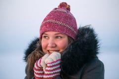 Η όμορφη νέα θέρμανση γυναικών παραδίδει έναν σκληρό Στοκ φωτογραφία με δικαίωμα ελεύθερης χρήσης