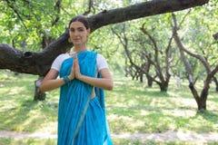 Η όμορφη νέα ινδική γυναίκα έντυσε σε μια επίκληση της Sari και medit Στοκ Φωτογραφία