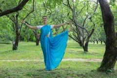 Η όμορφη νέα ινδική γυναίκα έντυσε σε μια επίκληση της Sari και medit Στοκ εικόνα με δικαίωμα ελεύθερης χρήσης