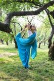 Η όμορφη νέα ινδική γυναίκα έντυσε σε μια επίκληση της Sari και medit Στοκ εικόνες με δικαίωμα ελεύθερης χρήσης