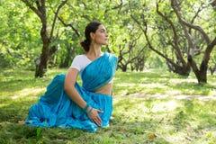 Η όμορφη νέα ινδική γυναίκα έντυσε σε μια επίκληση της Sari και medit Στοκ φωτογραφία με δικαίωμα ελεύθερης χρήσης