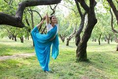 Η όμορφη νέα ινδική γυναίκα έντυσε σε μια επίκληση της Sari και medit Στοκ Εικόνα