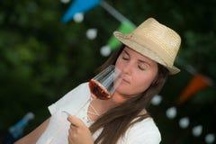 Η όμορφη νέα κατανάλωση γυναικών αυξήθηκε κρασί Στοκ εικόνα με δικαίωμα ελεύθερης χρήσης
