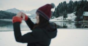 Η όμορφη νέα κυρία έφθασε στο καταπληκτικό τοπίο με την καταπληκτική λίμνη και το μεγάλο χιονώδες βουνό και το δάσος που παρουσιά απόθεμα βίντεο