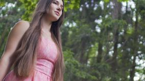 Η όμορφη νέα κυρία στο κόκκινο φόρεμα περπατά υπαίθρια, θηλυκό brunette στο δάσος απόθεμα βίντεο