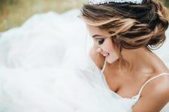 Η όμορφη νέα νύφη χαμογελά Στοκ Εικόνα