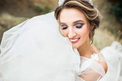 Η όμορφη νέα νύφη χαμογελά Στοκ φωτογραφία με δικαίωμα ελεύθερης χρήσης